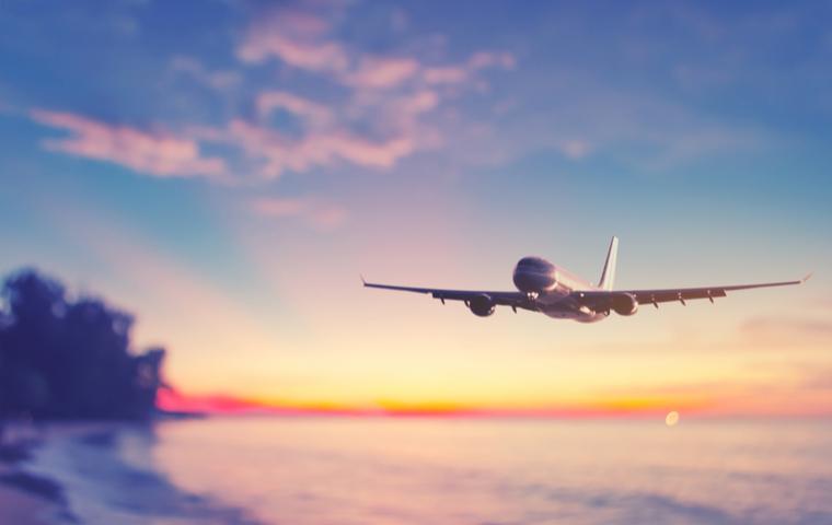 夕日と飛行機の画像