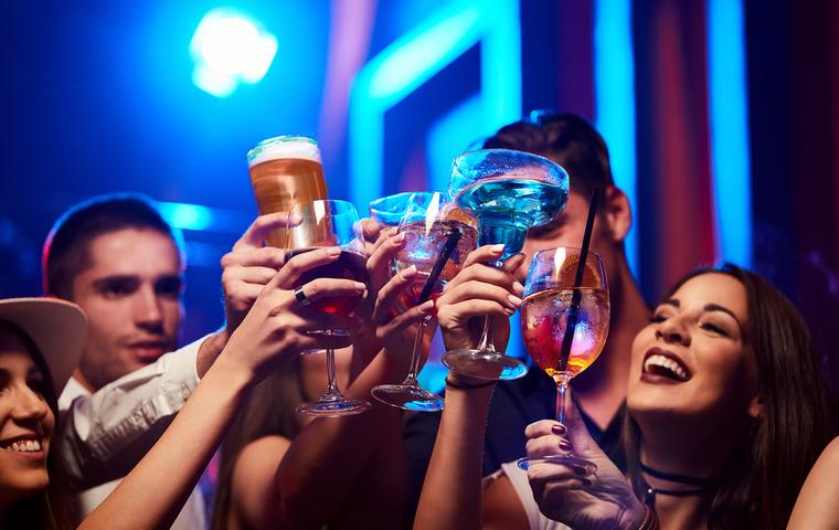 クラブで楽しむ男女の画像