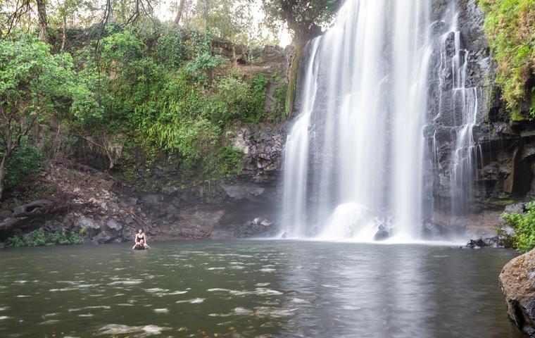 滝で水浴び